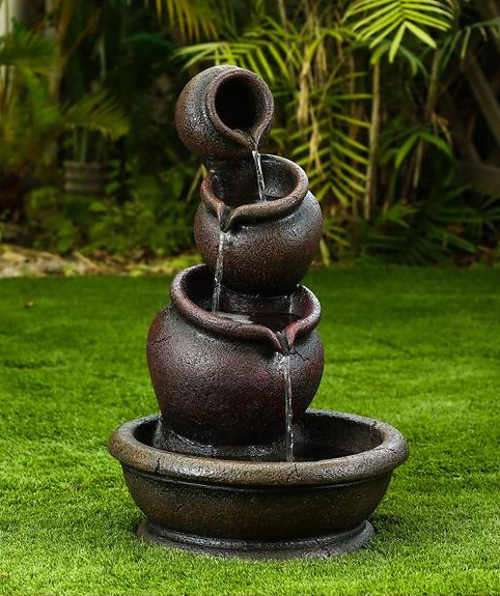 Okouzlující zahradní fontána přetékající misky