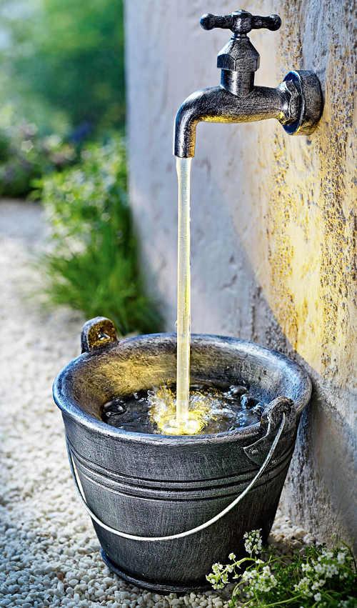 Vodní kašna kohoutek a kbelík s LED osvětlením