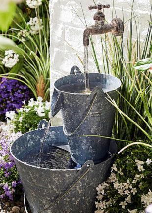 Zahradní fontána s LED osvětlením kbelíky