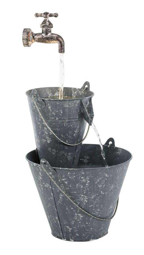 Zahradní kašna dva kovové kbelíky a kohoutek